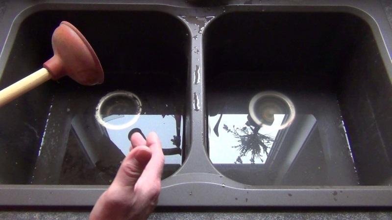 Dùng pít tông thông tắc cống là một cách làm phổ biến được nhiều người áp dụng