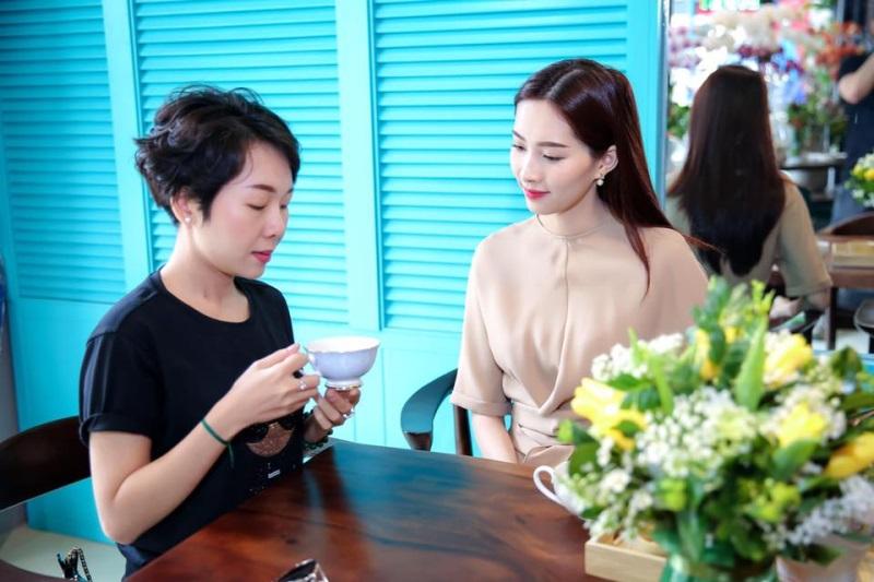 Hoa hậu Thu Thảo đeo nhẫn đính hôn, xuất hiện đẹp như thiên thần sau tin kết hôn với bạn trai đại gia