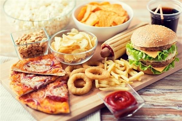 7 loại thực phẩm tuyệt đối không nên ăn xa khi đi du lịch