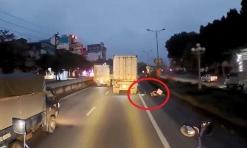 Rùng mình clip người phụ nữ ngã ngay trước bánh xe tải - Ảnh 1
