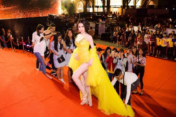 Làm khách không mời mà đến, Á hậu Thư Dung trơ trẽn khoe chân dài, đọ sắc mỹ nhân Việt - Ảnh 2