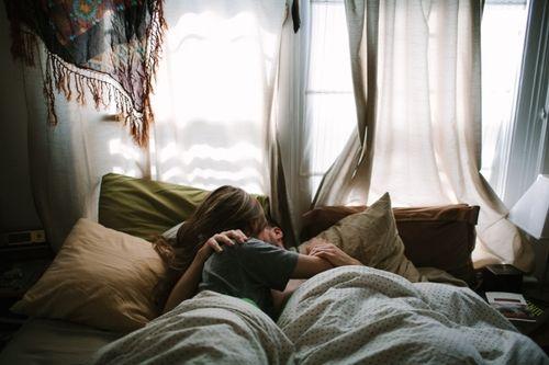 Những chiếc gối ôm làm cho chiếc giường ngủ của đôi vợ chồng bạn thêm phần lãng mạn và màu sắc