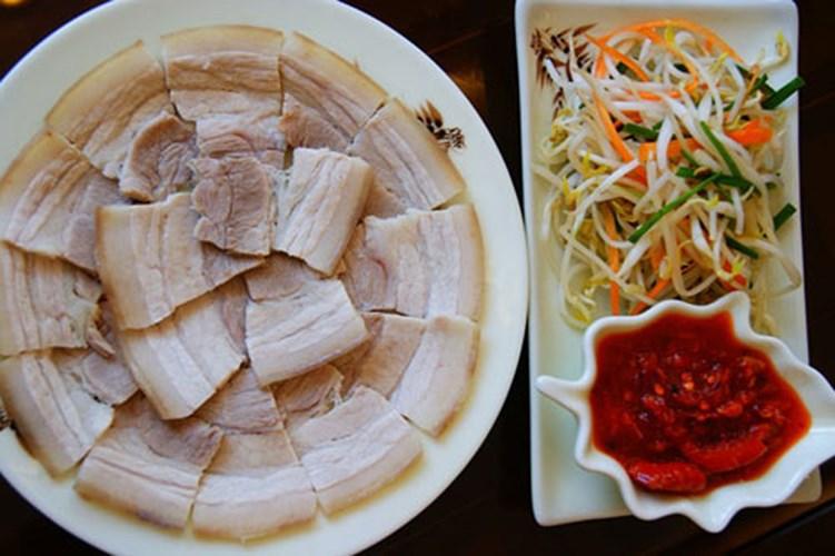 Thịt lợn luộc dễ ăn ngày hè