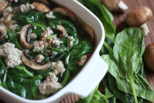 Món canh rau chân vịt nấu gan heo có tác dụng bổ can, dưỡng huyết, hỗ trợ điều trị cận thị, hoa mắt, váng đầu