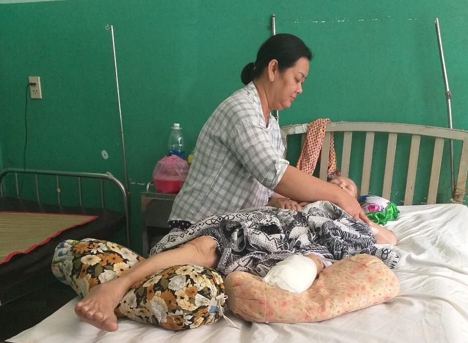 Người con gái lấy chồng xa xứ về chăm sóc mẹ khi bệnh tật ốm đau