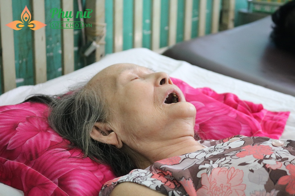 Trên giường bệnh, cụ Phích lúc tỉnh lúc mê và chẳng thể than vãn nỗi 1 câu về những cơn đau nhức đang hành hạ