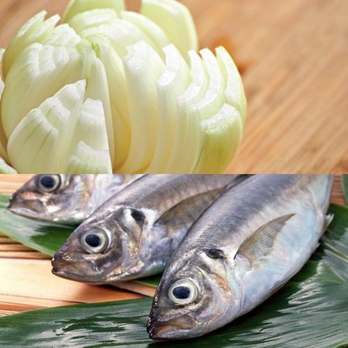 Sự góp mặt của một số thành phần trong hành tây khiến nguồn protein cực tốt trong cá bị kết tủa, lắng đọng ở dạ dày