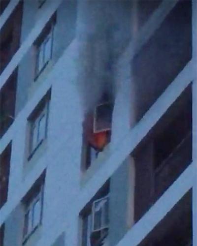 Cháy căn hộ ở Sài Gòn, hàng trăm cư dân tháo chạy - Ảnh 1