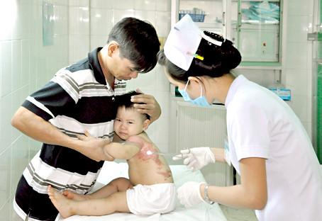 Khi trẻ bị bỏng lửa cần đưa đến bệnh viện để điều trị kịp thời