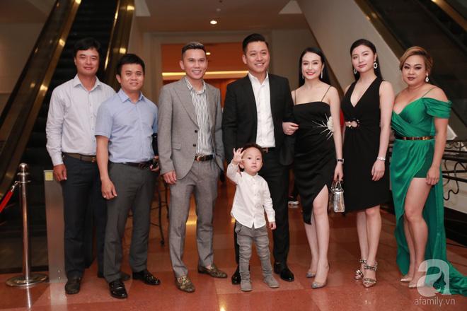 Vợ chồng Tuấn Hưng diện đồ đôi mang con trai yêu đi dự đám cưới Khắc Việt - Ảnh 1