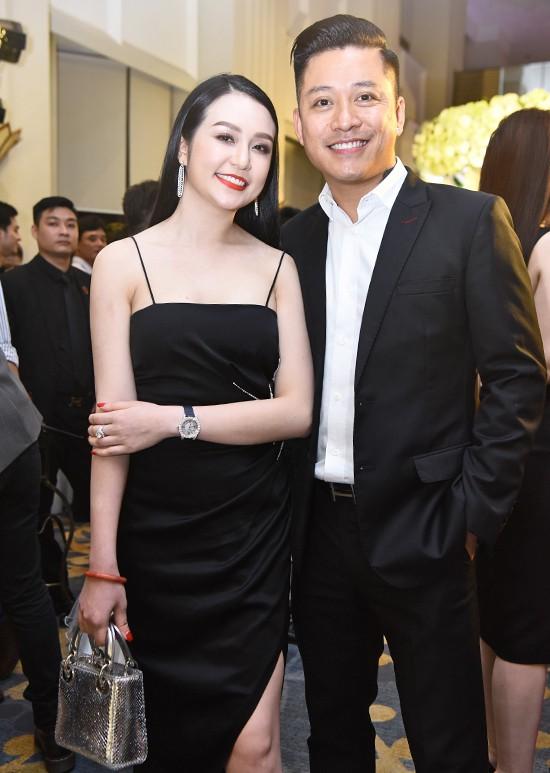 Vợ chồng Tuấn Hưng diện đồ đôi mang con trai yêu đi dự đám cưới Khắc Việt - Ảnh 2