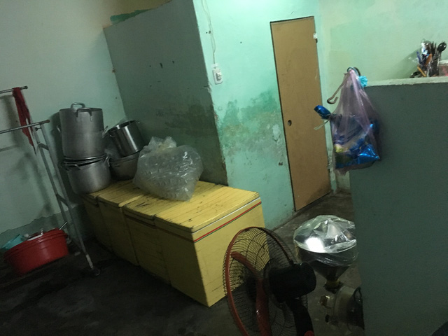 Đình chỉ 2 cơ sở sản xuất sữa bắp gần nhà vệ sinh - Ảnh 3
