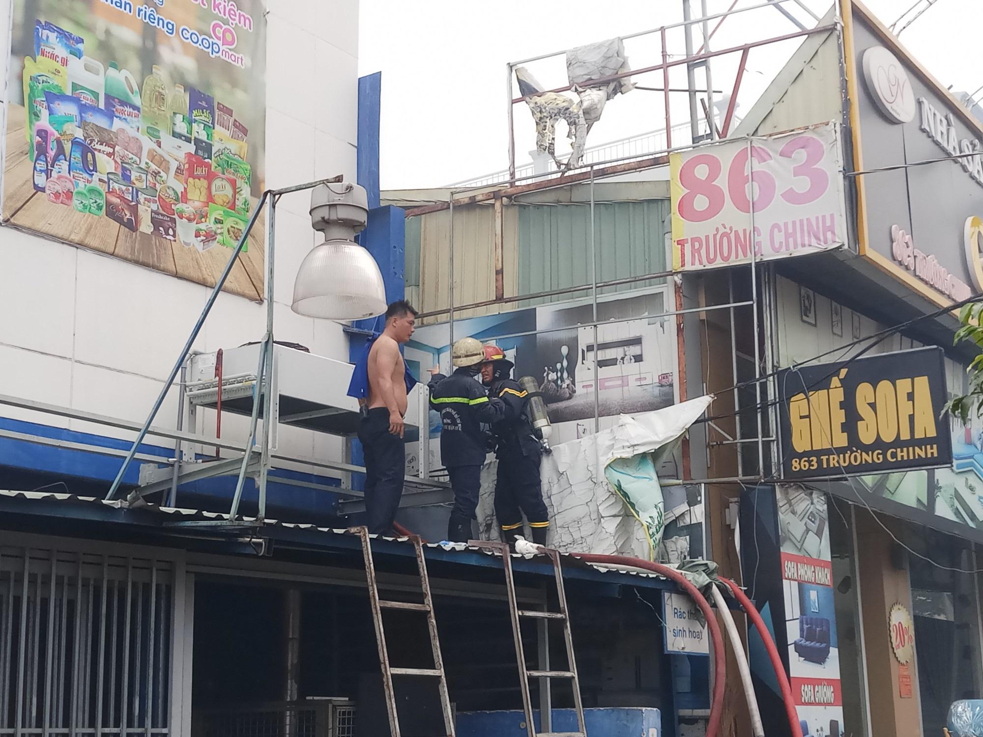 Cháy lớn thiêu rụi cửa hàng nội thất tại quận Tân Phú - Ảnh 7