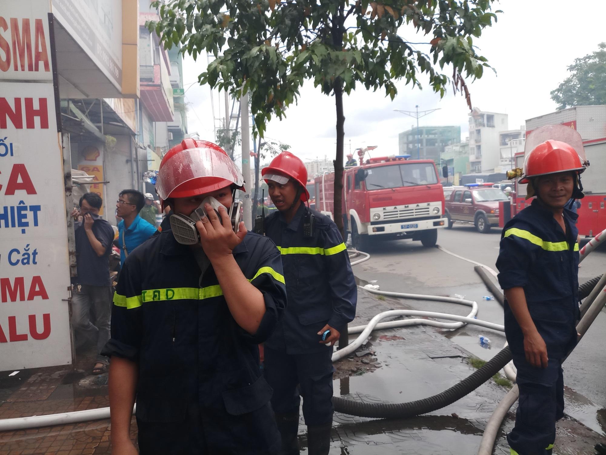 Cháy lớn thiêu rụi cửa hàng nội thất tại quận Tân Phú - Ảnh 6