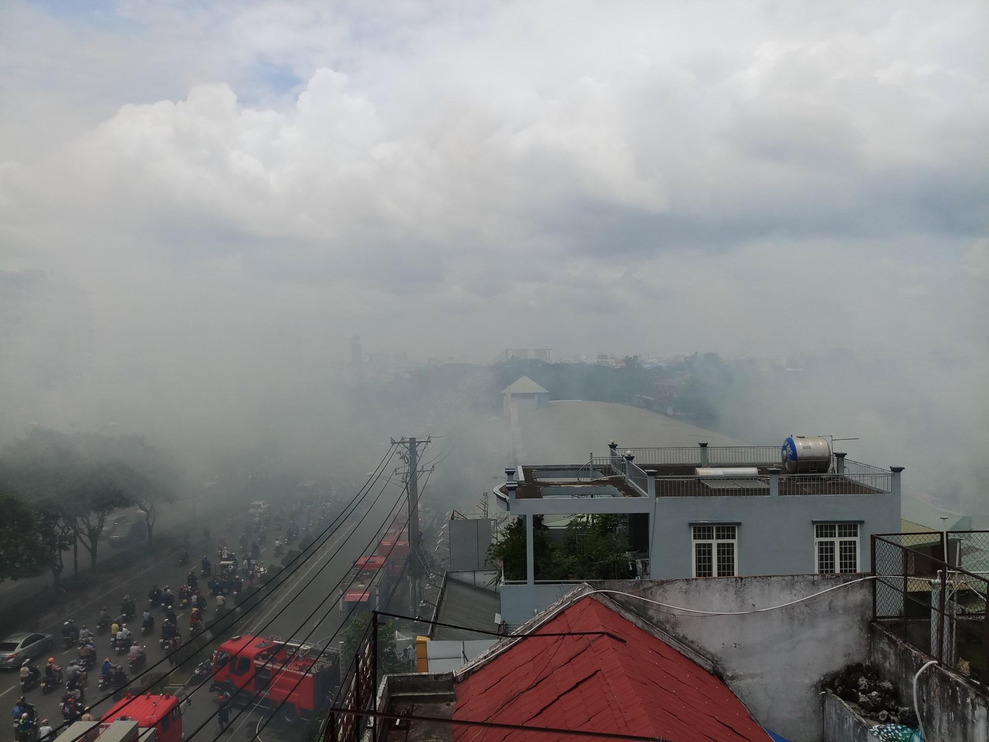 Cháy lớn thiêu rụi cửa hàng nội thất tại quận Tân Phú - Ảnh 1