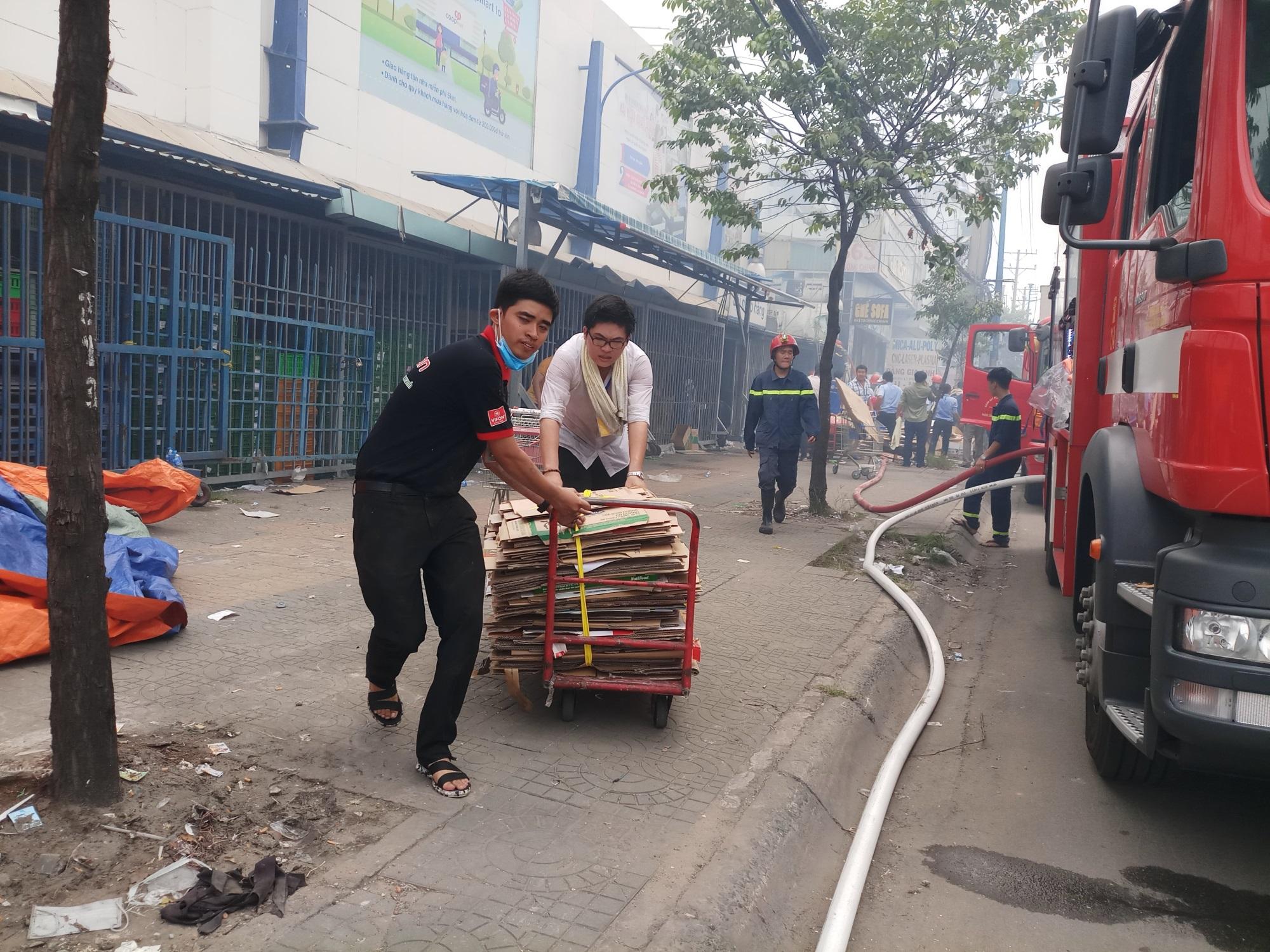 Cháy lớn thiêu rụi cửa hàng nội thất tại quận Tân Phú - Ảnh 4