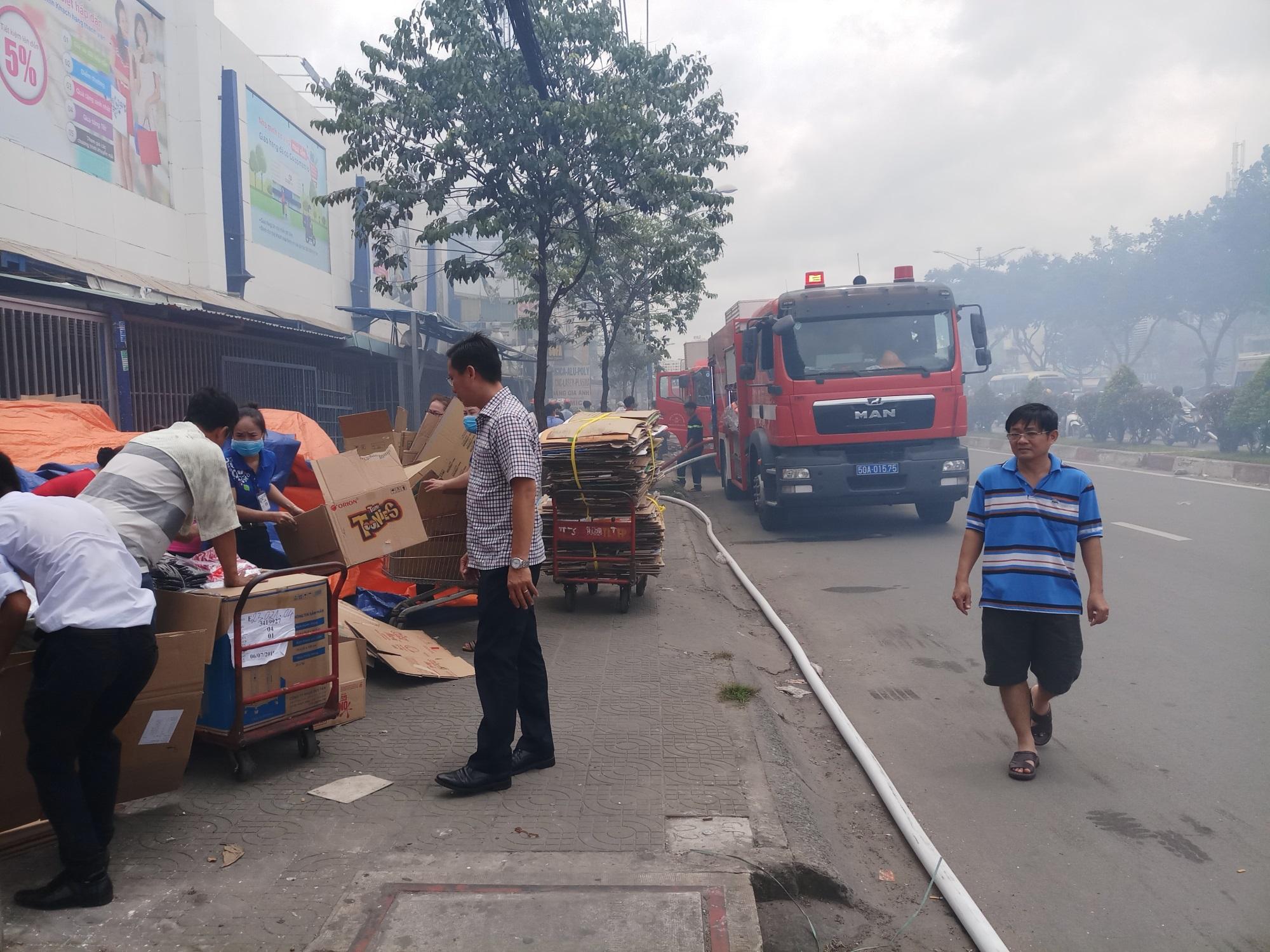 Cháy lớn thiêu rụi cửa hàng nội thất tại quận Tân Phú - Ảnh 3