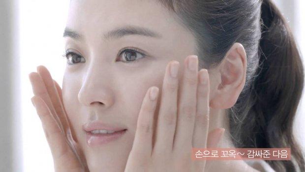 Tạm biệt mụn cám nhờ tuyệt chiêu chăm sóc da của 'nữ hoàng mặt mộc' Song Hye Kyo - Ảnh 3