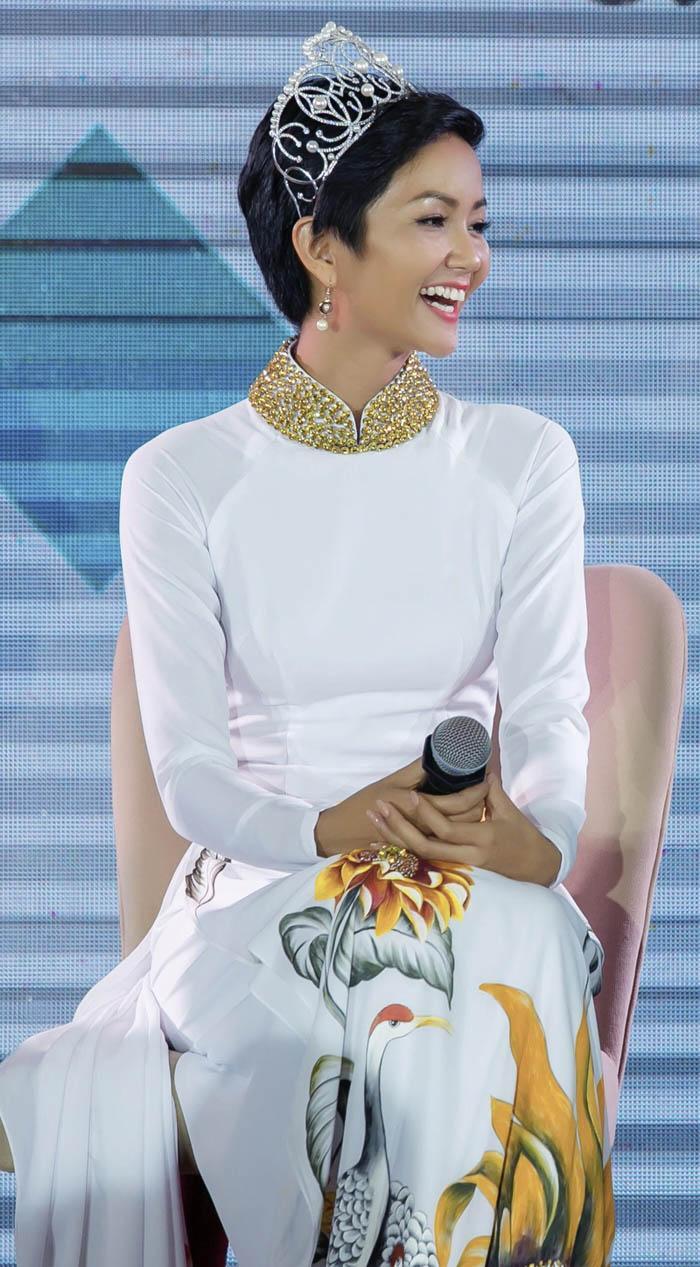 Không váy áo lộng lẫy, H'Hen Niê tích cực mặc áo dài sau khi đăng quang - Ảnh 3