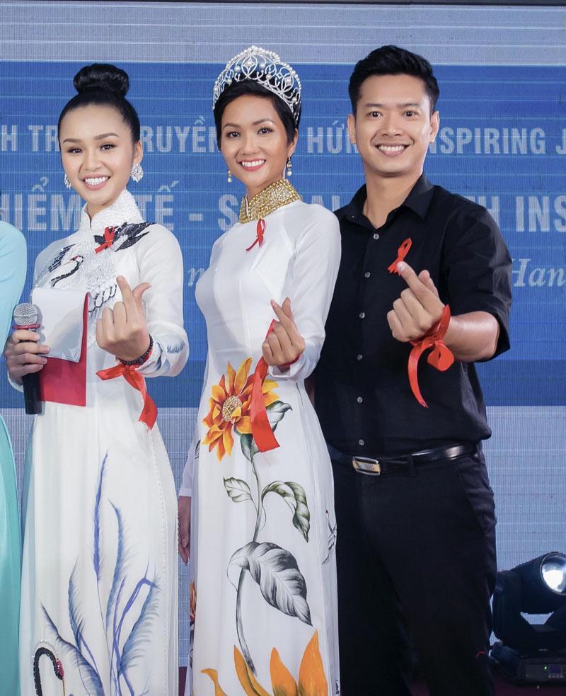 Không váy áo lộng lẫy, H'Hen Niê tích cực mặc áo dài sau khi đăng quang - Ảnh 5