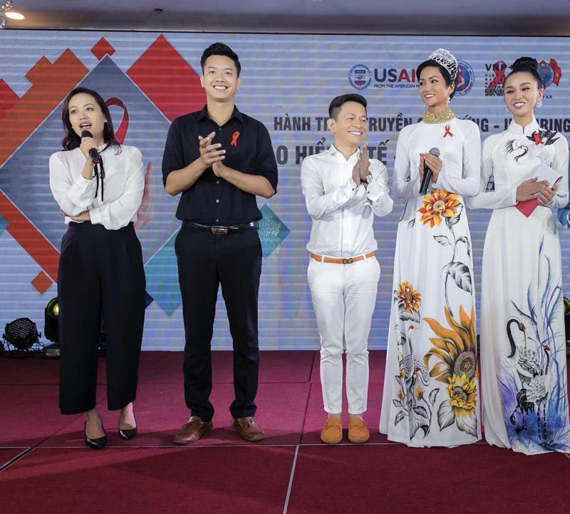 Không váy áo lộng lẫy, H'Hen Niê tích cực mặc áo dài sau khi đăng quang - Ảnh 7