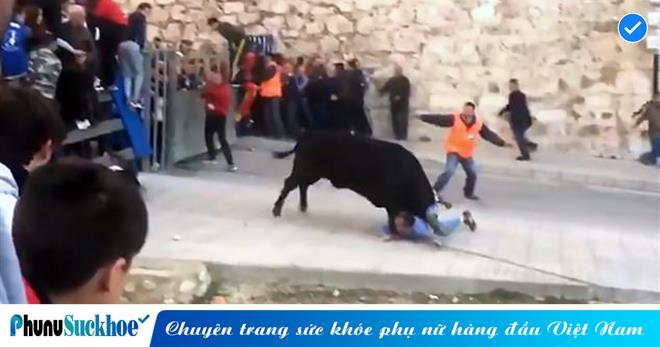Kinh hoàng bò tót 'nổi điên' lao vào tấn công người tới tấp, hành động của đám đông khiến nó càng 'điên tiết' hơn