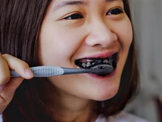 Làm trắng răng bằng than hoạt tính đúng cách