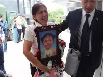 Xét vụ bé gái 3 tuổi bị mẹ đẻ và cha dượng bạo hành đến chết: Bà ôm di ảnh cháu, khóc nức nở tại tòa