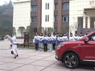 'Bậc thầy' trồng cây chuối kéo xe ô tô băng băng trên đường và nhiều biệt tài khiến người xem ngỡ ngàng