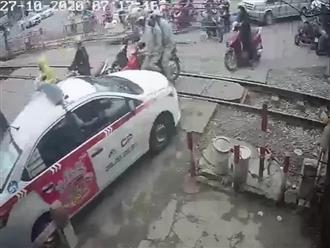 Hồi hộp giải cứu xe taxi cố băng qua đường ray bị mắc kẹt, muốn nhanh một phút để chậm cả đời!