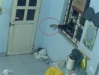 Kẻ trộm vào trạm gác chắn xe lửa cạy cửa trộm 2 điện thoại với tốc độ nhanh, thủ đoạn tinh vi