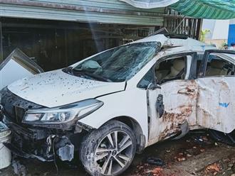 Kinh hoàng ô tô mất lái lao vào nhà dân, hất văng 2 người đàn ông ra khỏi xe