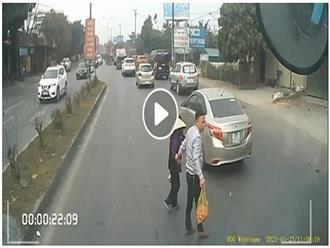Thấy cụ bà loay hoay, tài xế vội dừng xe đưa cụ sang đường an toàn, nhìn đã thấy ấm lòng