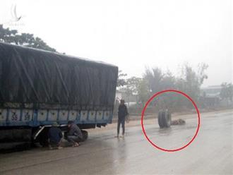 Xe tải 18 bánh đang chạy bất ngờ rơi vài bánh xe ra đường khiến người đi đường hú vía… may mắn không ai bị thương