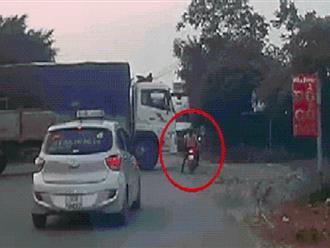 """Cố vượt xe tải đang quay đầu, người phụ nữ gặp """"biến"""" sợ toát mồ hôi - dân mạng đồng thanh 'quá liều'"""