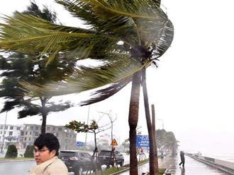 Miền Trung nín thở hứng bão số 9: Bão đang đổ bộ vào Quảng Ngãi, nhiều nhà tốc máI