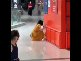 Cô gái gào khóc nhận tin dương tính COVID-19, dân tình nháo nhào... bỏ chạy