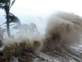 """Vừa """"thở phào"""" vì bão số 8 suy yếu, miền Trung lại lo vì bão số 9 mạnh dần"""
