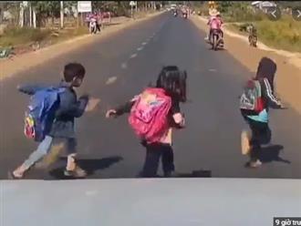 Cú đạp phanh 'cháy lốp' của tài xế cứu sống 3 cháu bé ngay trước mũi ô tô khiến ai nấy... đau tim