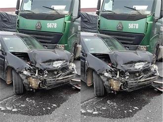 'Cú đánh lái tử thần' của xe đầu kéo khiến xe con rơi vào tình huống 'họa vô đơn chí' , khoảnh khắc xoay 90 độ khiến ai cũng 'nổi da gà'