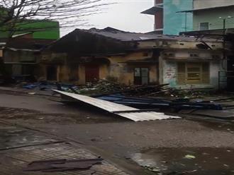 TRỰC TIẾP: Bão số 9 trên đất liền Quảng Nam - Quảng Ngãi, hàng loạt nhà sập, tốc mái