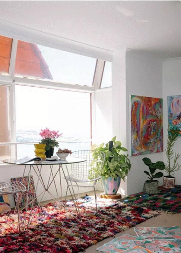 Đặt một bộ bàn ghế bên cửa sổ cũng là cách được nhiều chủ nhà áp dụng.