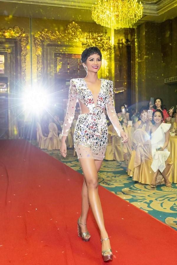 Diện váy áo bồng bềnh sang trọng nhưng kiểu tóc xoăn khiến H'Hen Niê mất đi thần thái Hoa hậu - Ảnh 2