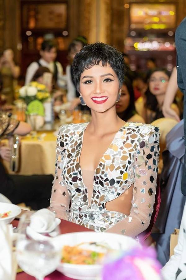 Diện váy áo bồng bềnh sang trọng nhưng kiểu tóc xoăn khiến H'Hen Niê mất đi thần thái Hoa hậu - Ảnh 5