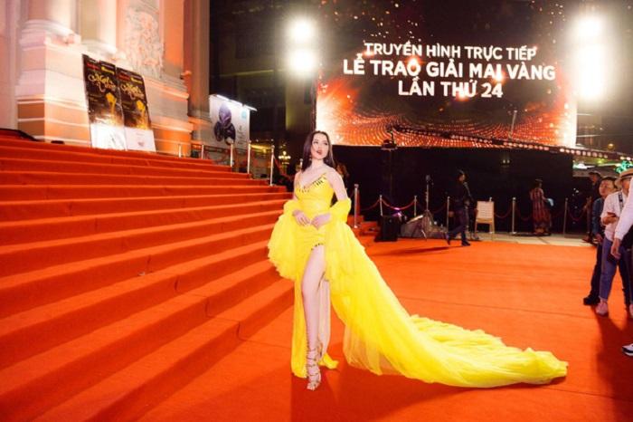 Làm khách không mời mà đến, Á hậu Thư Dung trơ trẽn khoe chân dài, đọ sắc mỹ nhân Việt - Ảnh 1