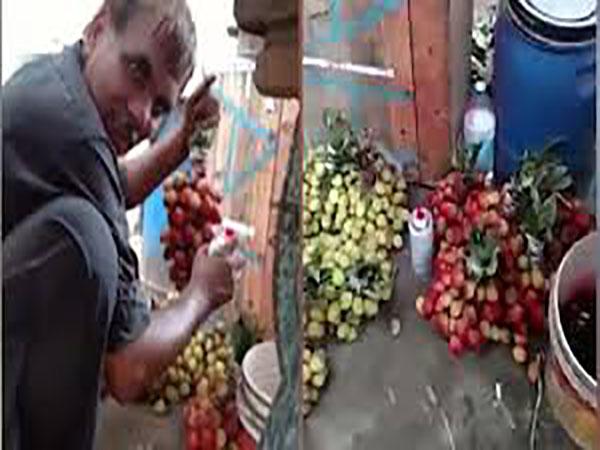Nữ du khách bắt quả tang người bán hàng phun sơn biến nho xanh thành đỏ - Ảnh 1