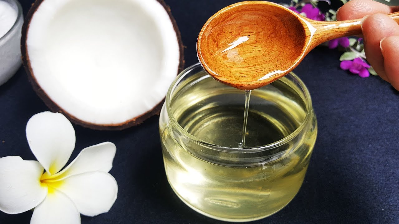 Chị em nên dùng dầu dừa thường xuyên để có làn da mịn màng, sáng khỏe