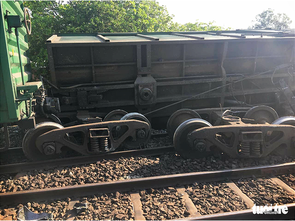 Tàu hàng trật bánh ở Bình Thuận, đường sắt ách tắc nhiều giờ - Ảnh 3