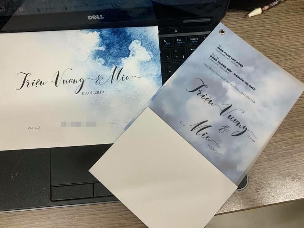 Rò rỉ thiệp cưới của nữ ca sĩ MiA và ông xã kém 3 tuổi - Ảnh 2
