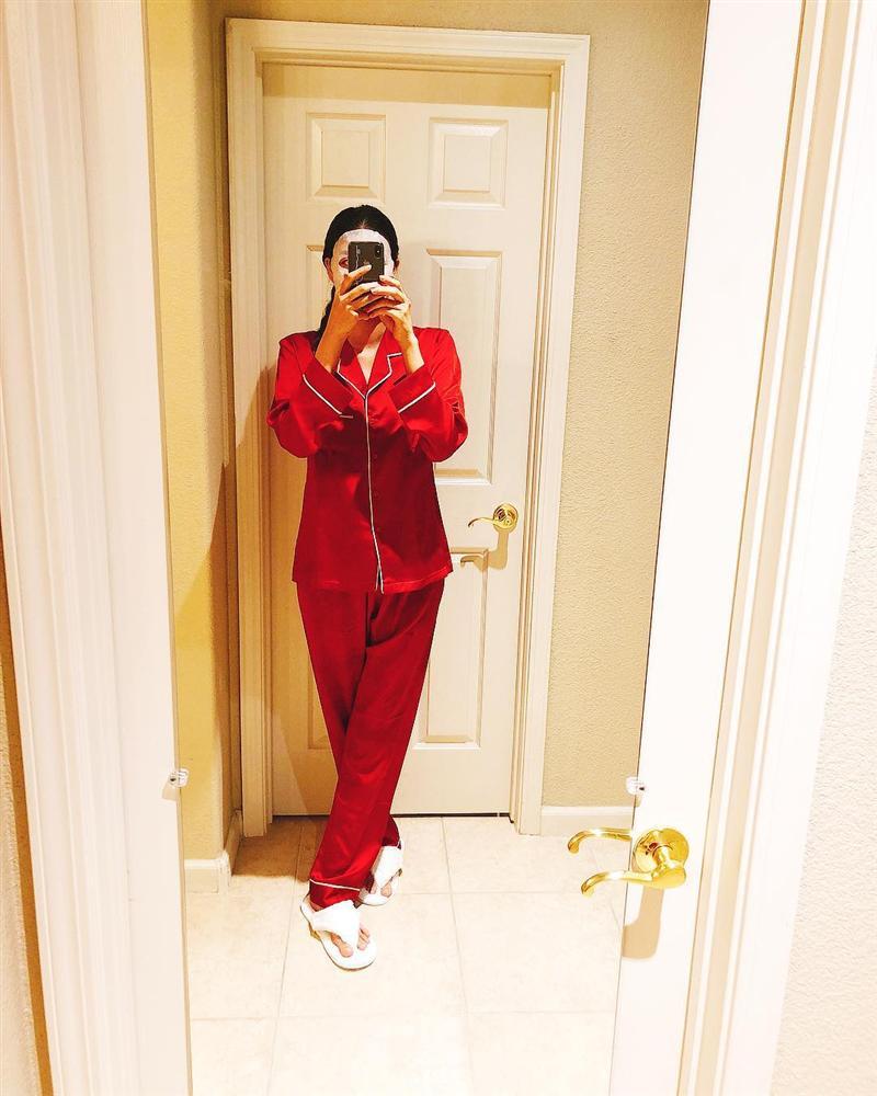 Vướng tin đồn mang thai, Phạm Hương tái xuất với bộ pijama thùng thình chào năm mới - Ảnh 1